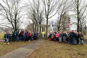 Carousel image d190c331864db0488bf2 2018 wreaths across america with rose pagan by eileen barroso  1
