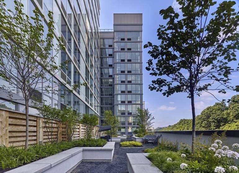 Outdoor Amenities Spring to Life at Hoboken Luxe Rental 7 Seventy House