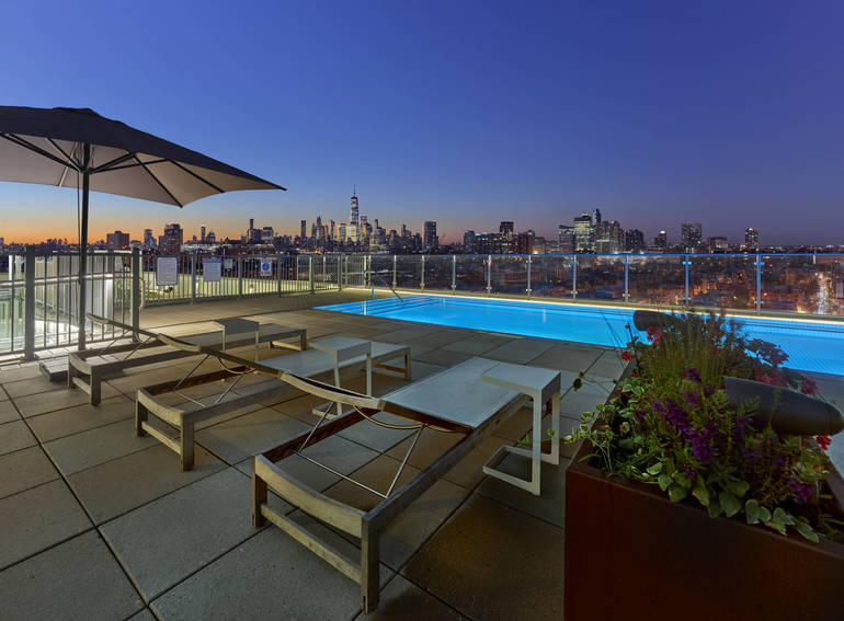 Outdoor Amenities Spring to Life at Hoboken Luxe Rental 7 Seventy House