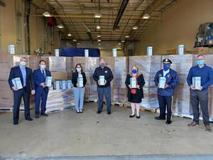 Carousel image 4f8466332562652f661d bc officials with phg supply of n95 masks