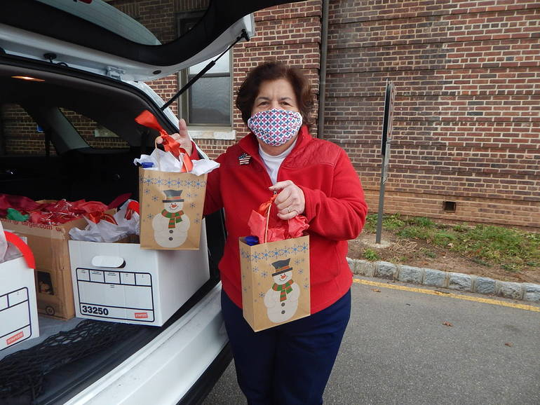 Rake and Hoe Garden Club Delivers Holiday Gift Bags to Veterans