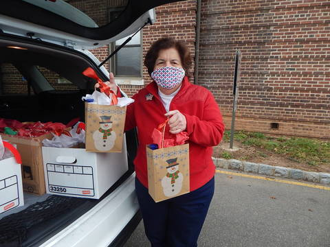 Top story 01df3826e6399b9ba854 betty gulino delivering holiday gift bags 2020dscn1759