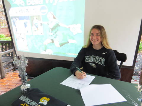 Top story d8c1b4bc68047625780f bella wysocki signs