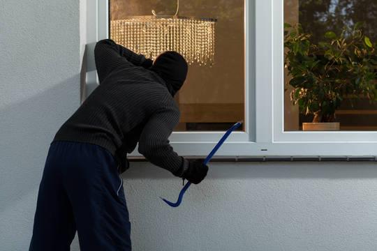 Top story e9590996e44295127bb2 burglar with pry bar at window