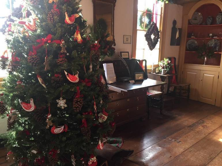 Colonial Christmas decorations
