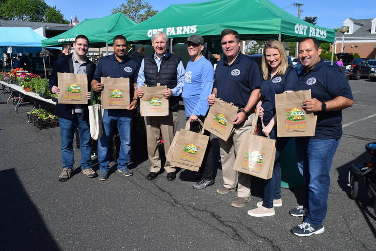 Scotch Plains Council, Mayor Smith, and Jeff Stein display reusable bags.