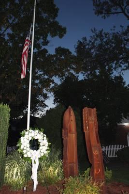 Carousel image d12c5cea4c98c6c022ec edit memorial wreath flag