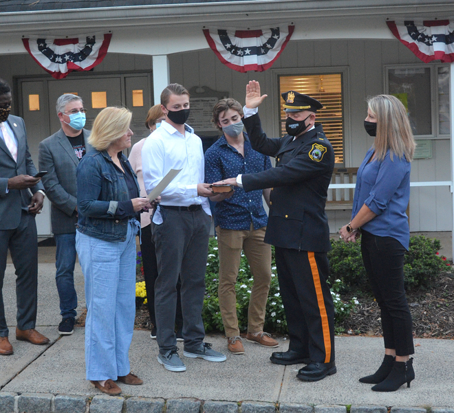 Fanwood Mayor Colleen Mahr swears in Lt. Marc Gottlick.png