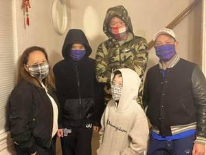 Carousel image 6f947fe2c350a49fe03b family in masks