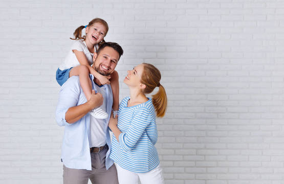 Top story 25b3f04562941e999ef6 happy family white brick wall