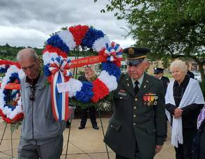 Carousel image 5ffdc94704540a1c593d laying wreaths1