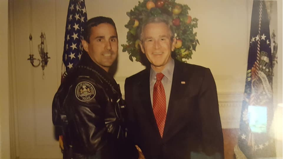 Lower Merion POlice Officer Gary Temoyan with Pres George W. Bush.PNG