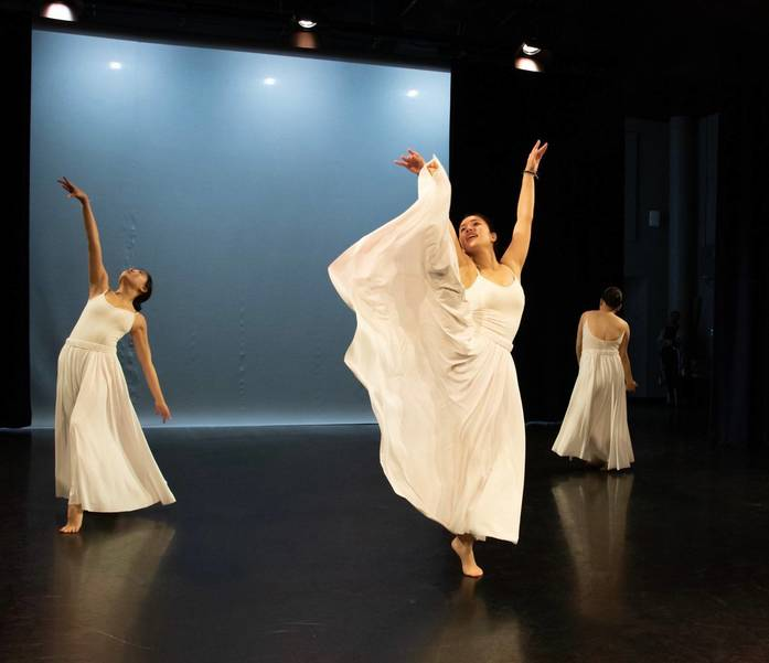 Manami Saito dancing on stage.jpg