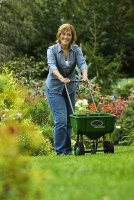 Carousel_image_00565dc7bad0d25ef0fa_melinda_myers_fertilizing_with_a_spreader