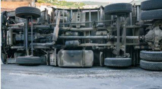 Top story e89ddcdf40269bddee61 overturned truck