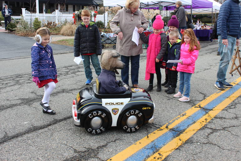 """""""Sarge"""" the police dog talks with kids at Home for the Holidays"""