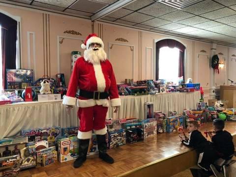 Top story b57fa4b51e332bc3ee97 santa toys