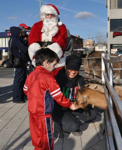 Top story d85ceb71e00d34f72587 santa at petting zoo 14