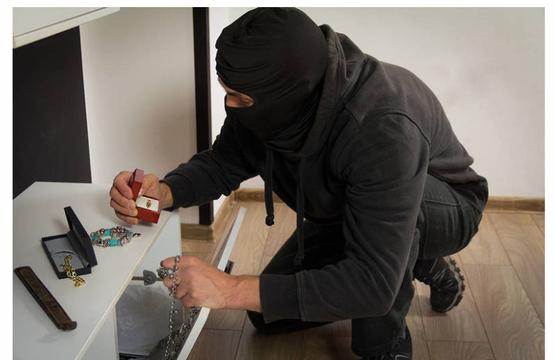 Top story e4bb8d24a1f51dd937d5 shutterstock burglar cropped with prybar