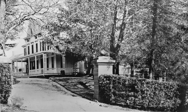 The family home and drive to the carriage house.JPG