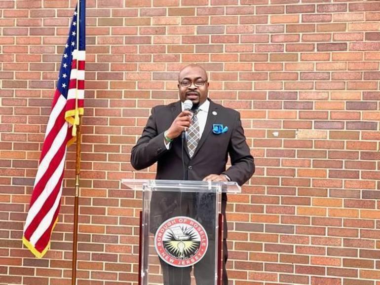 Mayor Shaw Takes Oath of Office in Roselle
