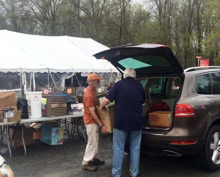 Volunteers help donors unload