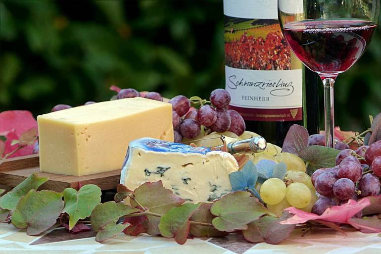 Wine_and_Food_by_Oldiefan_Pixabay.jpg