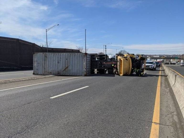 Best crop d8fb5e0cf677e78fe999 dd4811f5923331e0e246 edit take two 2021 feb 24 overturned tractor trailer on route 80 e express lanes from hackensack fd