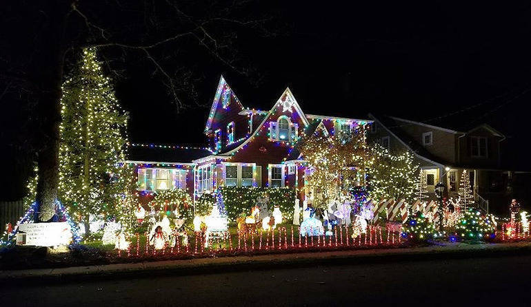 Fanwood's Famous Christmas House all lit up 2019.png