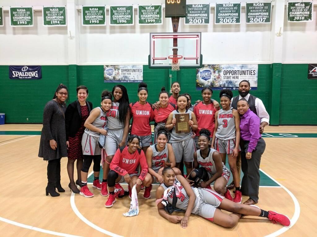 lady owls win district N.JPG