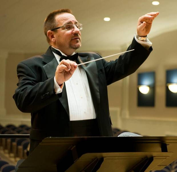 Matthew Paterno conducting.jpg