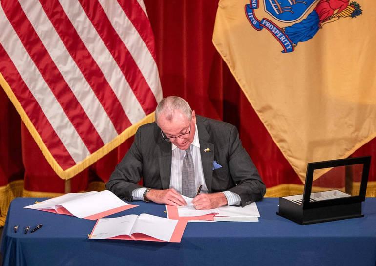 Murphy signs LTC bill 091820.png