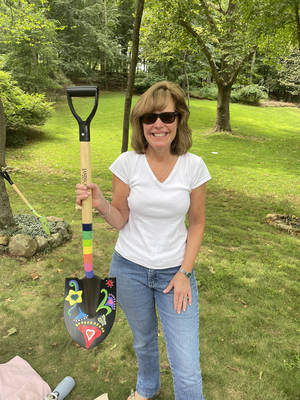 Carousel image 881205d2b64426f3c10f 5c46aa7045bdb3965088 susan dackow with her finished shovel